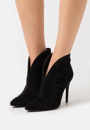 ALANI - Højhælede støvletter - black