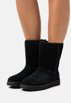 CLASSIC SHORT LOGO ZIP - Støvletter - black