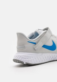 Nike Performance - REVOLUTION 5 FLYEASE - Obuwie do biegania treningowe - photon dust/photo blue/particle grey/black/white - 5