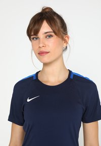 Nike Performance - DRY - T-shirts med print - obsidian/royal blue/white - 4