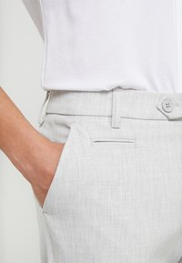 Les Deux - COMO LIGHT SUIT PANTS - Pantaloni eleganti - snow melange - 4