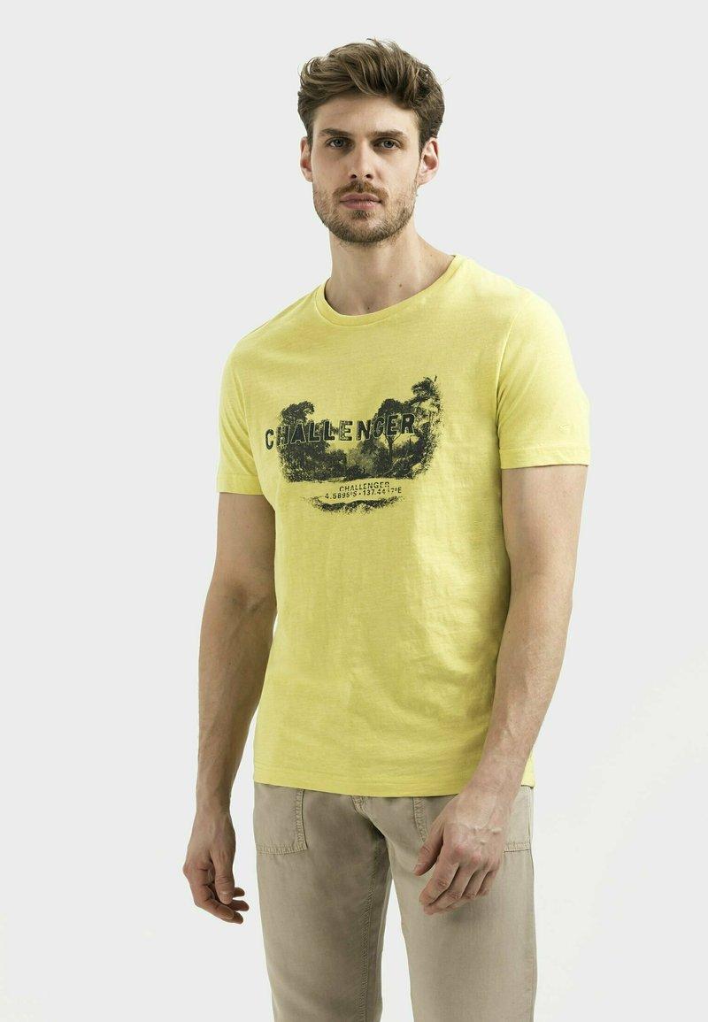 camel active - MIT PLATZIERTEM FOTOPRINT - Print T-shirt - kiwi
