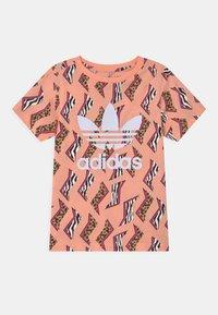 adidas Originals - TREFOIL  - T-shirt imprimé - glow pink/multicolor/white - 0