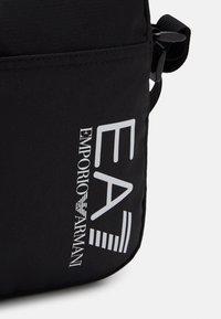 EA7 Emporio Armani - UNISEX - Taška spříčným popruhem - black/white - 4