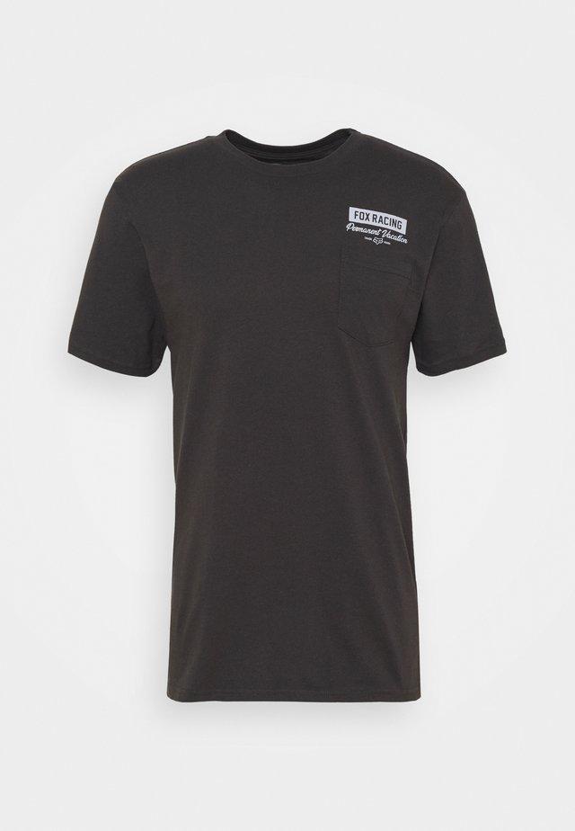 CAST AWAY POCKET TEE - Camiseta estampada - black