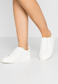 Miss Selfridge - TUNKY CHUNKY LACE UP TRAINER - Sneakers laag - white - 0