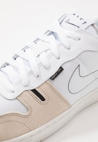 Nike Sportswear - SQUASH TYPE - Sneaker low - summit white/white/black/vast grey/light orewood brown/platinum tint - 5