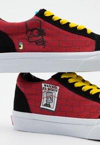 Vans - THE SIMPSONS OLD SKOOL - Sneakersy niskie - dark red/multicolor - 5