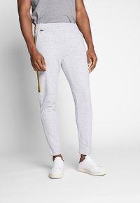Lacoste - Pantalon de survêtement - silver chine/jonquille-black - 0