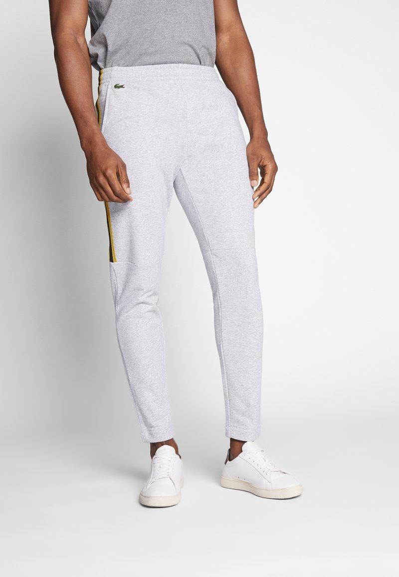 Lacoste - Pantalon de survêtement - silver chine/jonquille-black