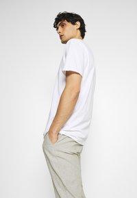 Selected Homme - SLHWYATT O NECK TEE  - T-shirt - bas - bright white - 3