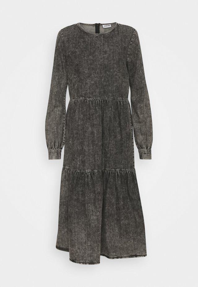 NMCILLE SLEEVE DRESS - Sukienka jeansowa - medium grey denim