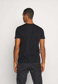Alpha Industries - BASIC SMALL LOGO FOIL PRINT - Basic T-shirt - black/metalsilver - 2