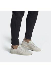 adidas Originals - BROOMFIELD - Matalavartiset tennarit - rawwht/cbrown/goldmt - 0