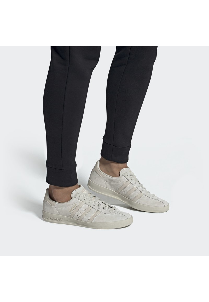 adidas Originals - BROOMFIELD - Matalavartiset tennarit - rawwht/cbrown/goldmt