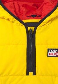 Tommy Hilfiger - PADDED POPOVER UNISEX - Zimní bunda - yellow - 2