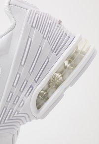 Nike Sportswear - AIR MAX PLUS III - Sneakersy niskie - white/vast grey - 5