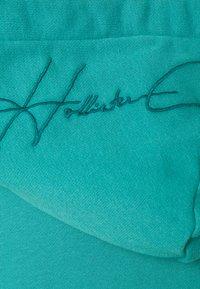 Hollister Co. - SOLID SCRIPT - Sweatshirt - green blue - 7
