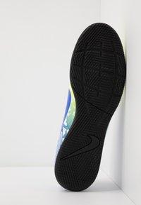 Nike Performance - VAPOR 13 CLUB NEYMAR IC - Halové fotbalové kopačky - white/racer blue/volt/black - 4