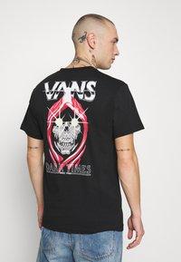 Vans - DARK TIMES - T-shirt con stampa - black - 0