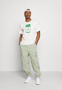 adidas Originals - MIKE WALT DISNEY ORIGINALS LOOSE - Print T-shirt - off-white - 1
