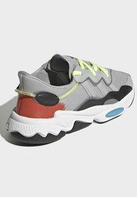 adidas Originals - OZWEEGO SHOES - Sneakersy niskie - grey - 6