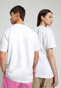 Napapijri - S-BOX   - T-shirt med print - bright white - 3