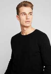 TOM TAILOR DENIM - ZIGZAG STRUCTURED CREWNECK - Stickad tröja - black - 3