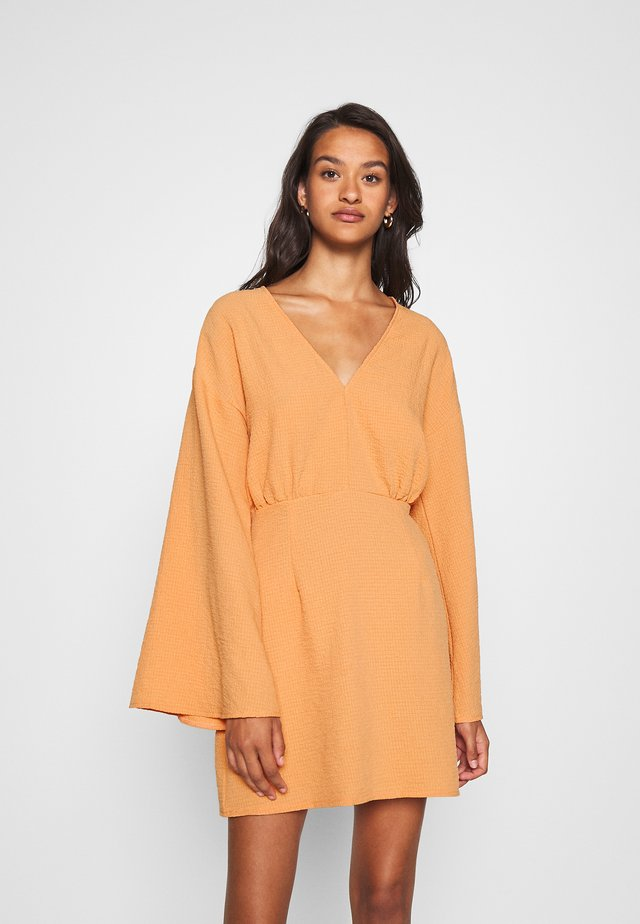 TEXTURED PLUNGE FLARE SLEEVE DRESS - Korte jurk - orange