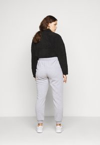 Vero Moda Curve - VMKOKO PANT CURVE - Tracksuit bottoms - light grey melange - 2