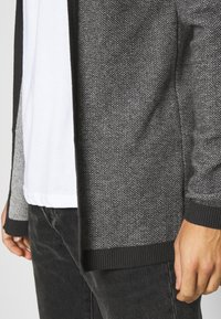 Selected Homme - SLHNEWJEFF OPEN  - Cardigan - anthracite/egret - 4