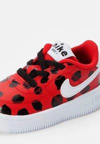 Nike Sportswear - FORCE 1 - Sneakers laag - univ red/white-black - 5