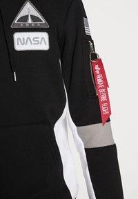 Alpha Industries - SPACE CAMP HOODY - Mikina skapucí - black - 4