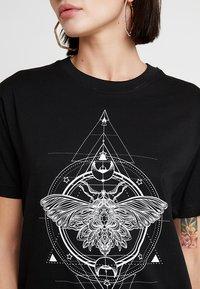 Merchcode - LADIES MOTH TEE - Print T-shirt - black - 4