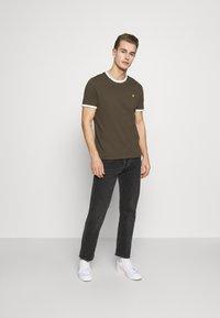 Lyle & Scott - RINGER TEE - Basic T-shirt - trek green/white - 1
