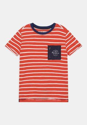 DANIEL - Print T-shirt - mars red