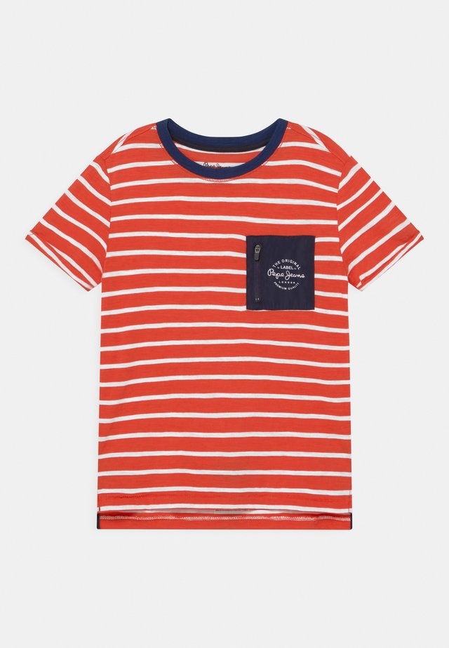 DANIEL - T-shirt con stampa - mars red