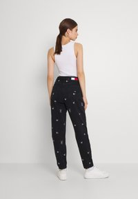 Tommy Jeans - MOM TAPERED - Relaxed fit jeans - denim black - 2