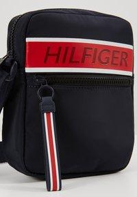Tommy Hilfiger - MINI REPORTER - Skuldertasker - blue - 6