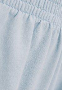 Bershka - PATENTMUSTER UND KONTRASTEN  - Shorts - light blue - 5