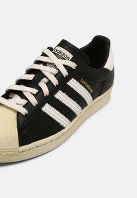 adidas Originals - SUPERSTAR UNISEX - Sneakers basse - black - 4