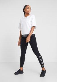 DKNY - HIGH WAIST FULL LENGTH STRIPED LOGO LEGGING - Trikoot - black/white - 1