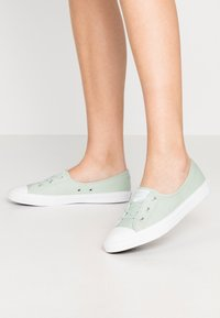 Converse - CHUCK TAYLOR ALL STAR BALLET LACE - Sneakersy niskie - green oxide/moonstone violet - 0
