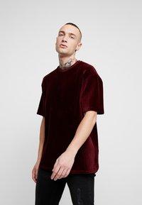 Topman - STRIPE TEE - T-shirt basic - burgundy - 0