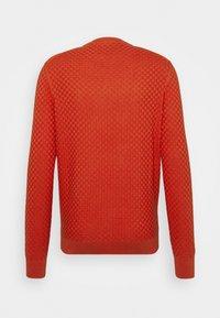 Lyle & Scott - CHECKERBOARD CREW NECK JUMPER - Stickad tröja - burnt orange - 1