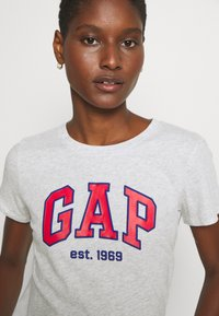 GAP - OUTLINE TEE - T-shirt z nadrukiem - grey - 4