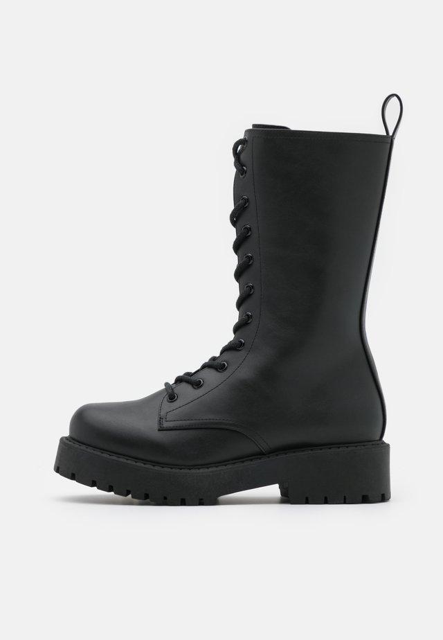 DEREK BOOT - Stivali con i lacci - black