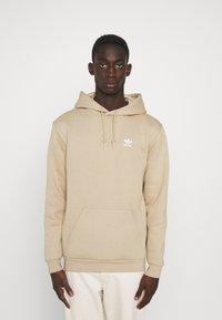 adidas Originals - ESSENTIAL ORIGINALS ADICOLOR HOODIE UNISEX - Felpa con cappuccio - beige tone - 0