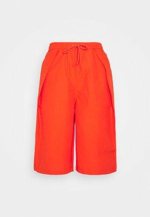 SHAPES TRIANGLE LONG SHORT UNISEX - Shorts - bright poppy