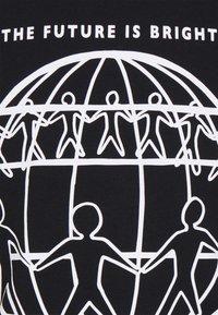 Tommy Hilfiger - ONE PLANET FRONT LOGO TEE UNISEX - T-shirt med print - black - 6